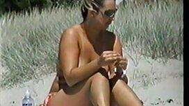 Čovjek s velikim porno sx poprsjem kupa se pod tušem i prstima nanosi masni jaz na kameri