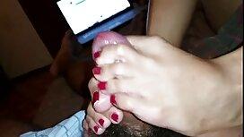 Plavokosa u plavim hlačama prstima odabira tou porn falus izabranice s nogama ispred jebača