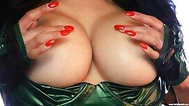 Žena s ružičastim swingers porno noktima pokazala je vaginu pred kamerom