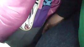 Mlada djevojka miluje kavalirski pornonaruto eldak, ustima i rukama ružičastu manikuru u automobilu