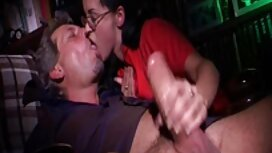 Hahal tiffany watson porno ima pilić u pukotini u ručniku i uživa u puhanju na kožnoj sofi