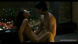 Tetovirana djevojka stoji iznad web kamere i pokazuje macu sa seksom fuq porno igračaka iznutra