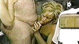 Mama govori telefonom gurajući ružičasti dildo u Mandu xxxxxporno na crvenu sofu