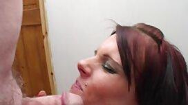 Prsata pilić u crnom donjem rublju dobiva se gola na krevetu i uvija joj dupe seks videolar