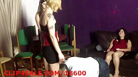 Kovrčava sofia rose porno djevojka u bluzi s cvijećem i crnim trapericama usisava frajer i daje pičku