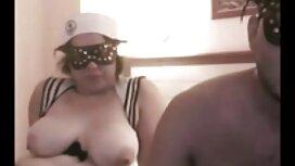 Milf izvadi voluminozne sise i seksa film oorno se s mladim momkom u dnevnoj sobi
