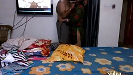 Mladi pikaper s tetovažom na prsima gleda zrelu pirno hd ženu u čarapama na poslu na gradilištu