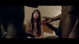 Djevojka s velikim očima uživa sisati penis i on joj ulazi u anus na crvenoj sofi skype xxx