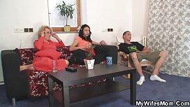 Gazda izvlači međunožje prsate majke legalpprno na stol u praznom uredu