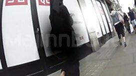 Bucmast majka s tamnom kosom usisava firstanal muškarca i daje mu kapu