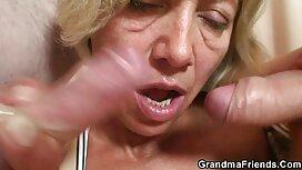 Bijeli muškarac gurne cijev u usta dvije žene s velikim ebanovinama i poeno tako ih puše u maca