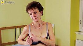 Žena u luxury girl xxx crnim kratkim hlačama sjedi mandalu na licu dude ispred web kamere